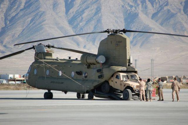 Отличные снимки двухвинтового вертолета во время полета.