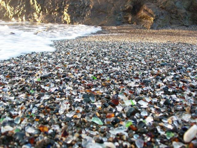 Пляж из стёклышек...