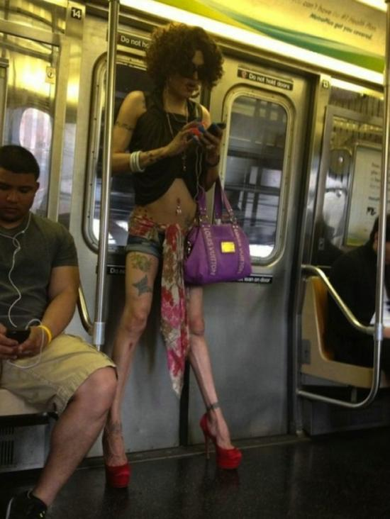 Фотография красивой девушки в метро фото 531-406